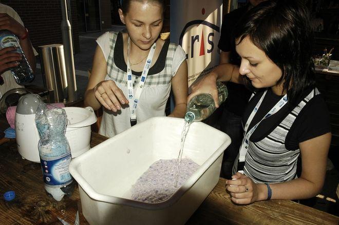 Anna Pytlik i Dominika Świtała z CRIS-u podczas warsztatów czerpania papieru z makulatury