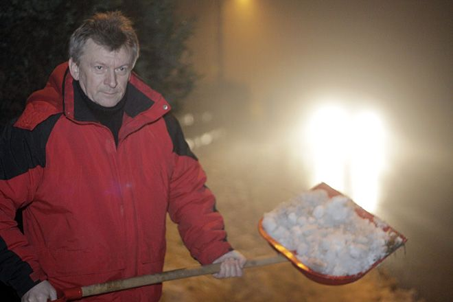 Benedykt Kołodziejczyk odśnieża chodnik w Kamieniu
