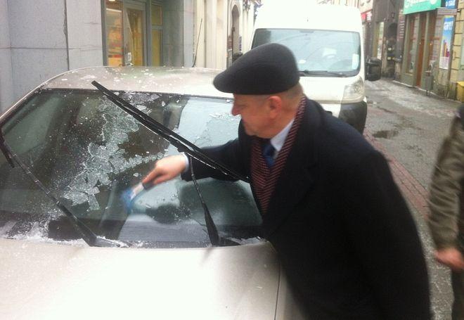 Na gołoledź nie ma rady. Skrobanie samochodowych szyb nie ominęło rano nawet posła. Na zdjęciu Bolesław Piecha.