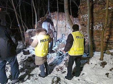 Policjanci w miejscu odnalezienia ciała dziewczynki