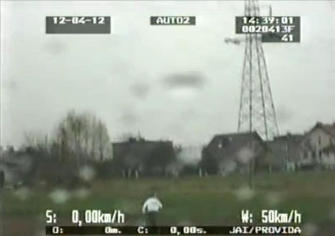 Na fragmencie policyjnego nagrania widać, jak po zatrzymaniu auta jeden z sprawców próbuje uciekać