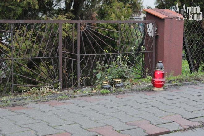 W miejscu, gdzie znaleziono ciało 29-latka stanęły symboliczne znicze
