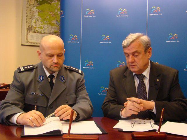 Oficjalne podpisanie programu ''Bezpieczna Dzielnica'' przez prezydenta Rybnika, Adama Fudalego i Komendanta Miejskiego Policji, Krzysztofa Sowulę.