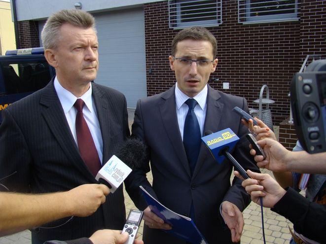 Benedykt Kołodziejczyk i Piotr Kuczera podczas konferencji prasowej przed siedzibą straży miejskiej
