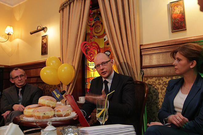 Jak widać Piotr Masłowski rozpoczął swoją kampanię w tłusty czwartek. Na zdjęciu ze współpracownikami - Mariuszem Wiśniewskim i Ewą Sznabel