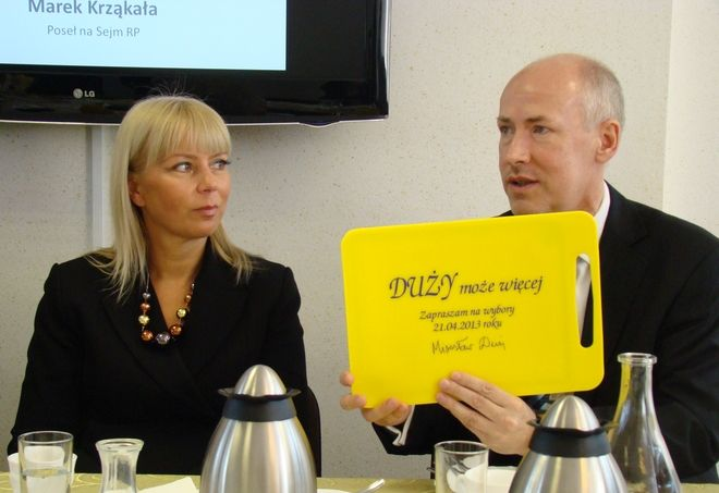 Mirosław Duży wręczył minister Bieńkowskiej symboliczną deskę do ''krojenia unijnego budżetu''
