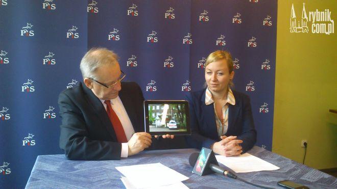 Bolesław Piecha w czasie konferencji użył sejmowego tabletu