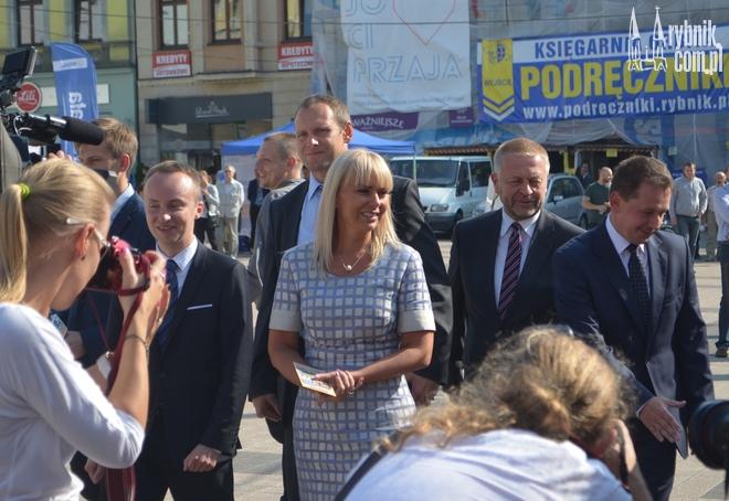 Elżbieta Bieńkowska udała się na rybnicki rynek by udzielić poparcia kandydatowi PO na senatora - Markowi Krząkale