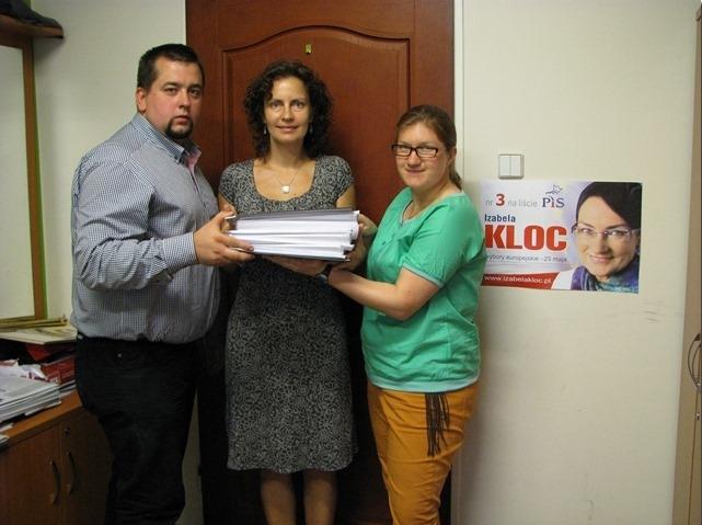 Dawid Żebrak - asystent posła do Parlamentu Europejskiego Bolesława Piechy oraz współpracownicy Izabeli Kloc z podpisami poparcia.
