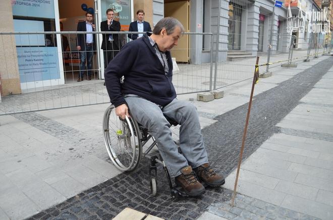 Adam Podleśny nie był w stanie pokonać przeszkody w postaci rynny na deptaku