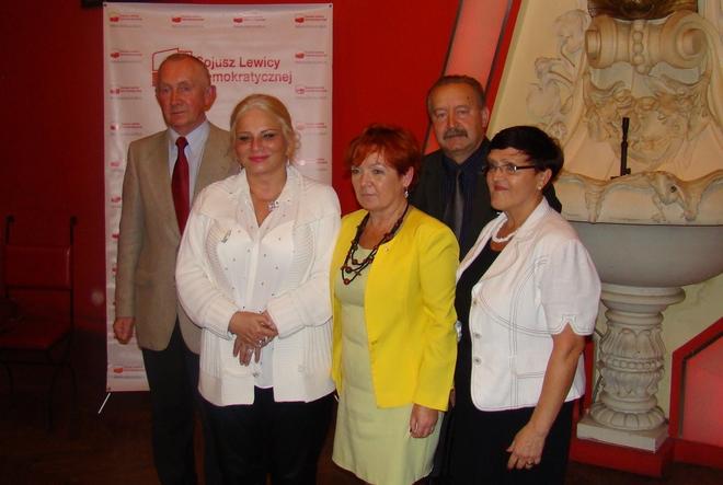 Stefan Dąbkowski (pierwszy z lewej) i kandydaci SLD do rady miasta: Barbara Grudzień-Joańska, Grażyna Graś, Kazimierz Zięba i Barbara Pruszkowska