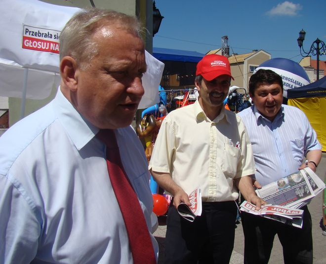 Tadeusz Gruszka (w środku) po krótkiej, bo ledwie rocznej przerwie wraca do aktywnej działalności politycznej