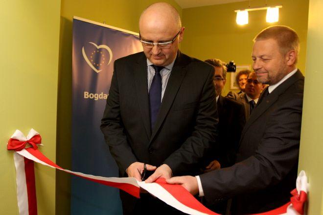 Bogdan Marcinkiewicz przecina wstęgę na otwarcie biura. Obok niego starosta rybnicki - Damian Mrowiec.