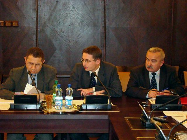 Piotr Kuczera (w środku) i Franciszek Kurpanik (z prawej) zarzucili wczoraj prezydentowi niedotrzymywanie obietnic