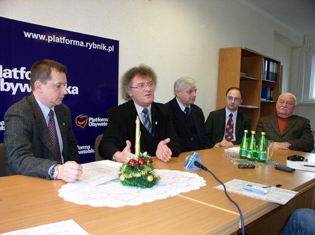 Z politycznj rozgrywki wewnątrz PO najbardziej zadowolony może być Marek Krząkała (pierwszy z lewej). Kandydatami PO do Senatu w naszym regionie będą Antoni Motyczka (pierwszy z prawej) i Adam Zdziebło (drugi z prawej).
