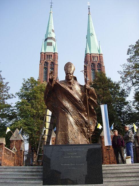 Pomnik Jana Pawła II stoi przed rybnicką bazyliką