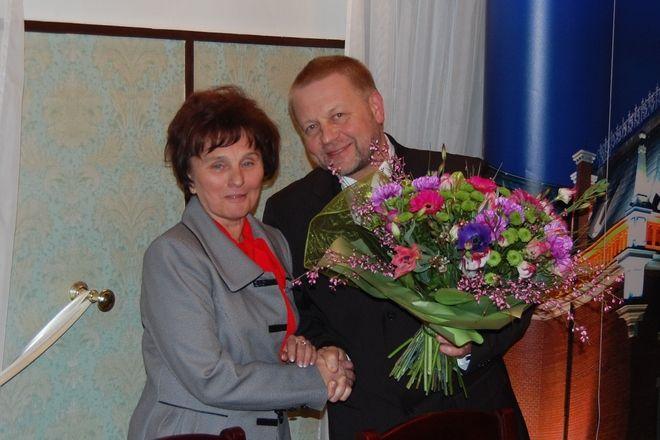 Janina Grossek i starosta Damian Mrowiec