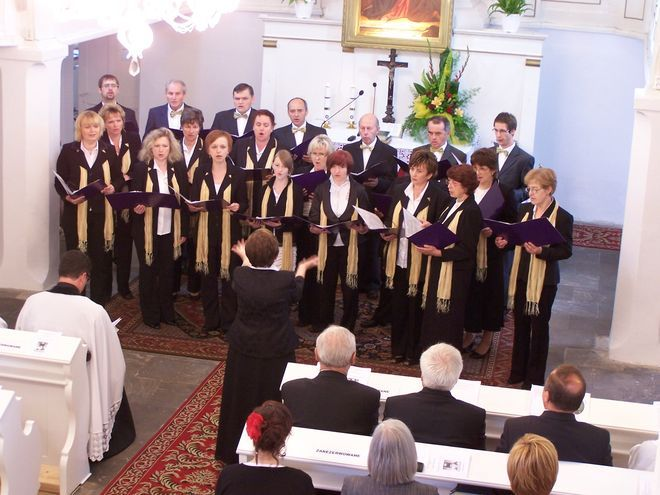 """Chór parafialny """"Canto Deo"""" pod dyrekcją Adelajdy Romańskiej"""