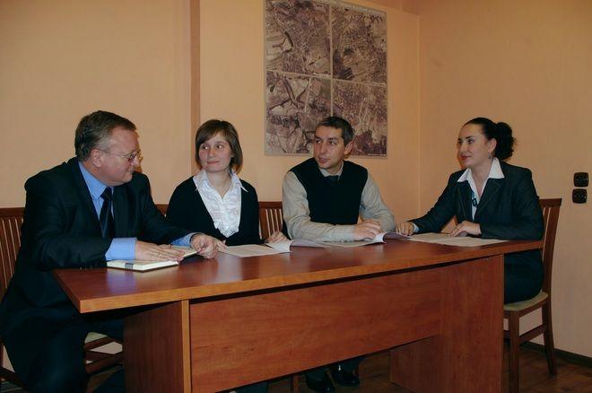 Andrzej Wącirz (drugi z prawej) w towarzystwie Grzegorza Wolnika i swojego zespołu.