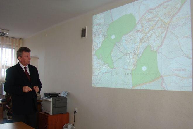 Benedykt Kołodziejczyk prezentujący proponowane zmiany w granicach Rybnika