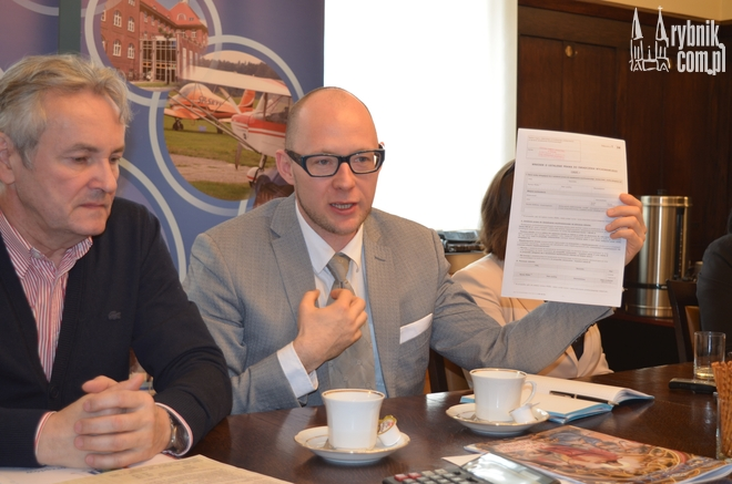 Michał Zorychta z Ośrodka Pomocy Społecznej i wiceprezydent Piotr Masłowski obawiają się, że w pierwszych dniach kwietnia punkty składania wniosków przeżyją prawdziwe oblężenie