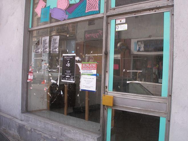 Tak wyglądał lokal ZGM przed umieszczeniem nalepek z informacją o zakazie naklejania ogłoszeń...