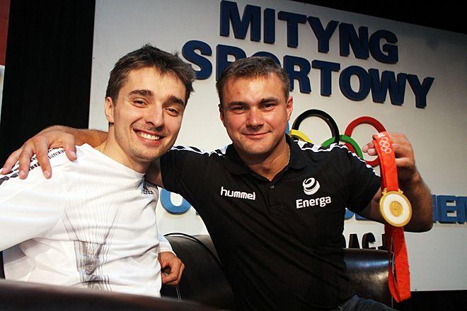 Marek Plawgo oraz prezentujący medal Leszek Blanik