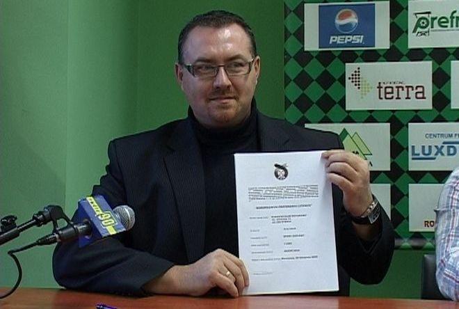 Prezes Michał Pawlaszczyk prezentuje licencję na starty w sezonie 2010
