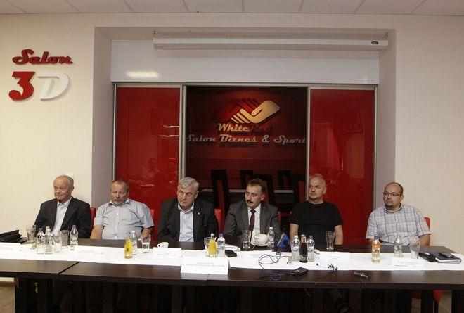 Bogusław Biegesz i Henryk Frystacki (pierwsi od lewej) w zarządzie ŻKS ROW już nie zasiadają