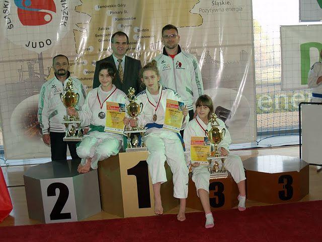 Od lewej zawodniczki: Julia Kowalczyk, Zuzanna Komarek, Nicol Dorabiała oraz trener Krzysztof Mika, prezes Juliusz Kowalczyk i trener Artur Kejza