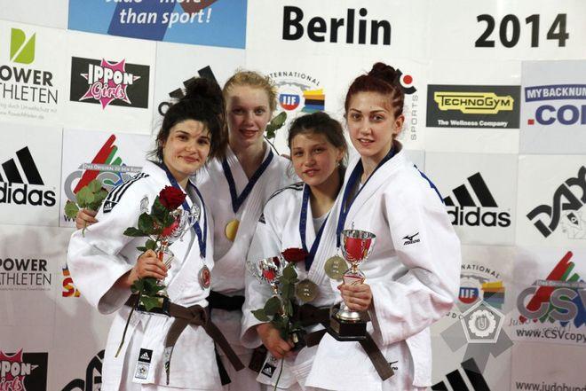 Julia Kowalczyk (pierwsza z lewej) ze srebrnym medalem