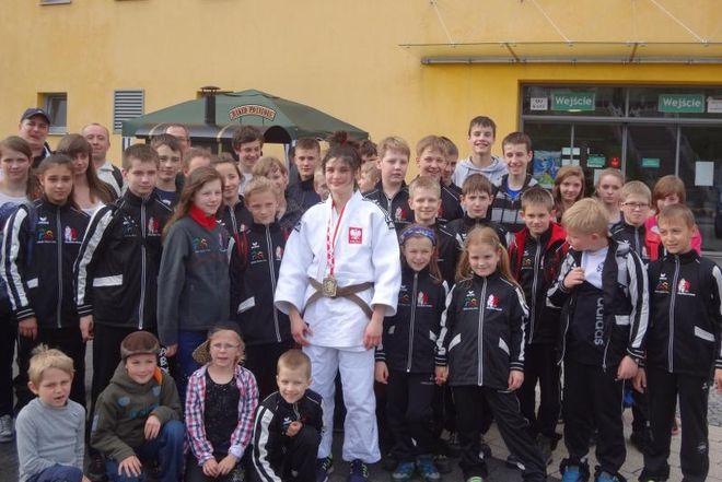 Julia Kowalczyk ze swoimi młodszymi kolegami i koleżankami z Polonii Rybnik