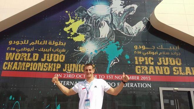 Piotr Kuczera przed wejściem na halę w Abu Zabi