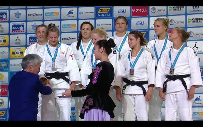 Dekoracja Polek - srebrnych medalistek mistrzostw świata