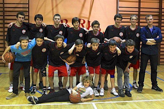 Młodzi koszykarze MKKS-u z trenerem Jakubem Krakowczykiem