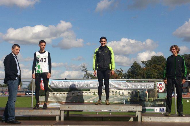 Dekoracji dokonuje rekordzista Polski w biegu na 800m, Paweł Czapiewski z Lubusza Słubice
