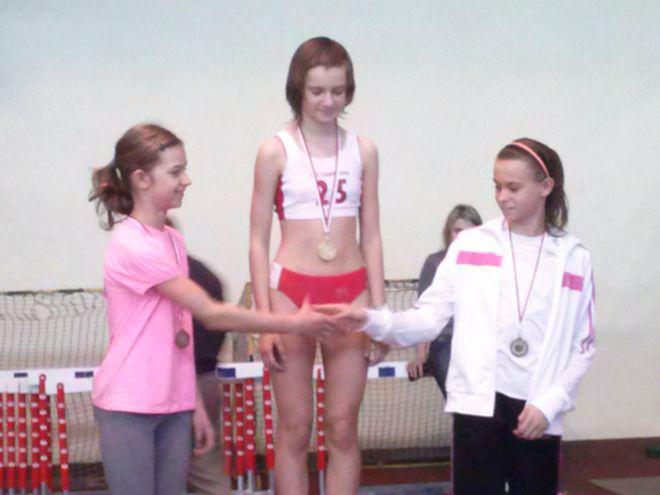 Od lewej Julia Polak, Joanna Gaj (MKS MOS Płomień Sosnowiec) i Klaudia Warmińska - medalistki na dystansie 60m dzieci starszych