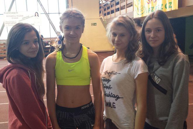 Julia Polak (druga od lewej) z koleżankami