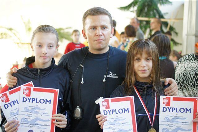 Od lewej: Wiktoria Musioł, trener Rafał Tymusz i Daria Warmińska
