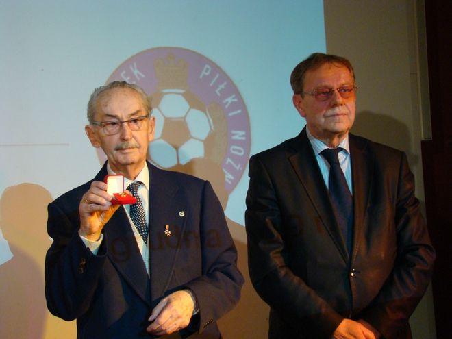 Diamentową Odznakę PZPN Bernardowi Kocotowi wręczył prezes Śląskiego Związku Piłki Nożnej - Rudolf Bugdoł.