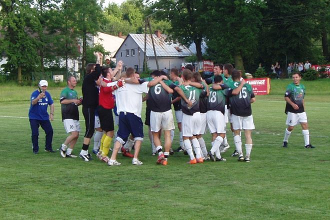 Radość piłkarzy ROW-u po awansie do II ligi