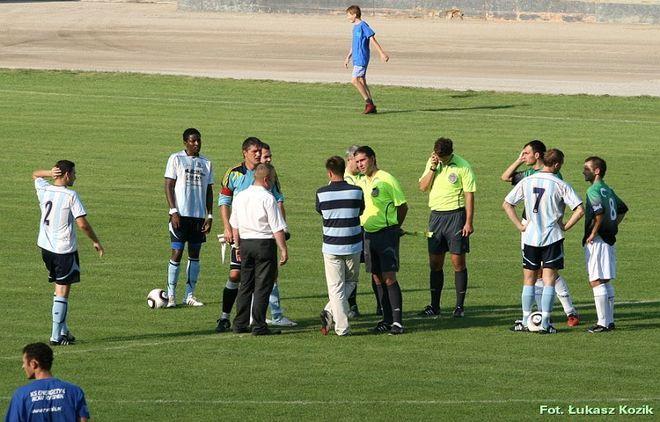 Po 15 minutach sędzia podziękował piłkarzom i odesłał ich do szatni.