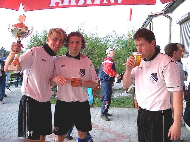 Roland Buchała (pierwszy z lewej) nadal gra w ROW-ie. Na zdjęciu razem z kolegami świętuje on zwycięstwo w finale Pucharu Polski Podokręgu Rybnik w 2004 roku