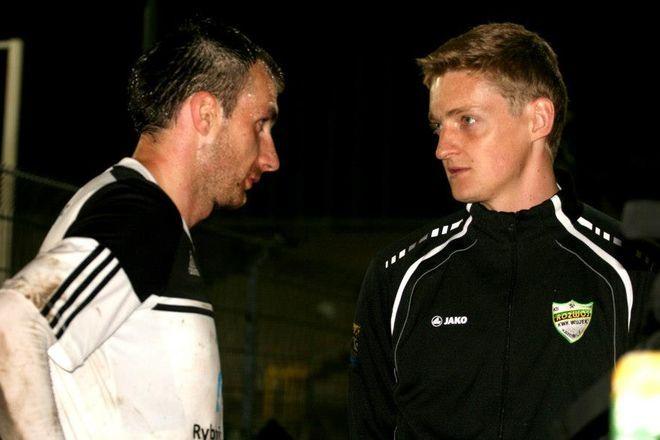 Nowak ostatnio grał w Rozwoju Katowice. Na zdjęciu w rozmowie z Kamilem Kosteckim z ROW-u