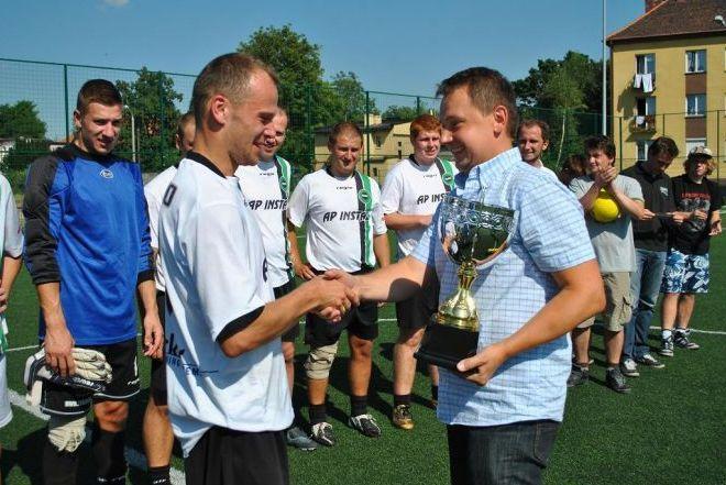 Marek Krząkała wręcza puchar najlepszej drużynie - AP Instal.