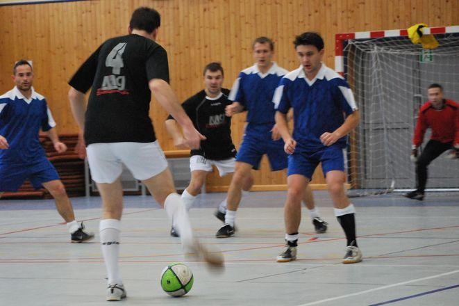 Pierwszy mecz turnieju kadry i mundurowych pomiędzy OHP, a Komisariatem Policji w Gaszowicach