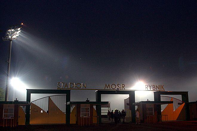 Te światła na stadionie w Rybniku nie będą świecić dla wielkiej piłki...