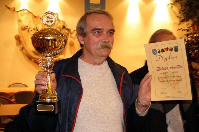 Zwycięzca turnieju z okazałym pucharem.
