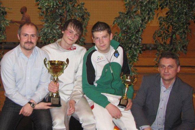 Krystian Fajkis (junior) i Kamil Naszkowski z Pucharami Polski wraz z trenerami, Arturem Fajkisem i Krystianem Fajkisem.