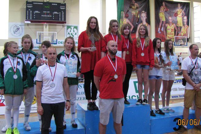 Srebrne medalistki z trenerem